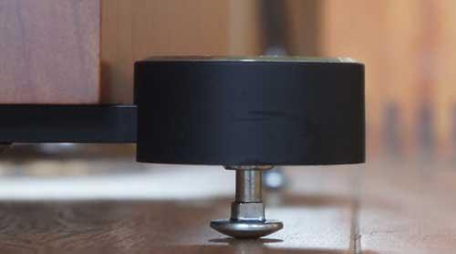Nut van spikes onder speakers